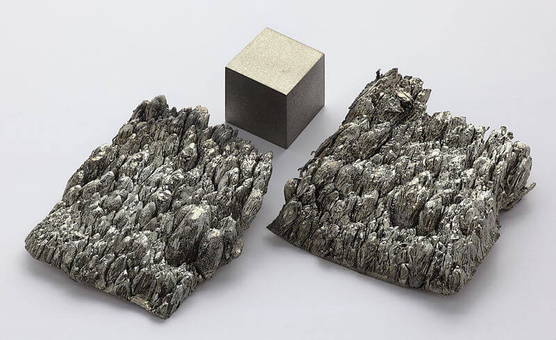 800px Scandium sublimed dendritic and 1cm3 cube