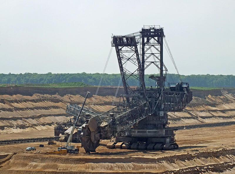 800px-Bucket_wheel_excavator_under_repair_germany