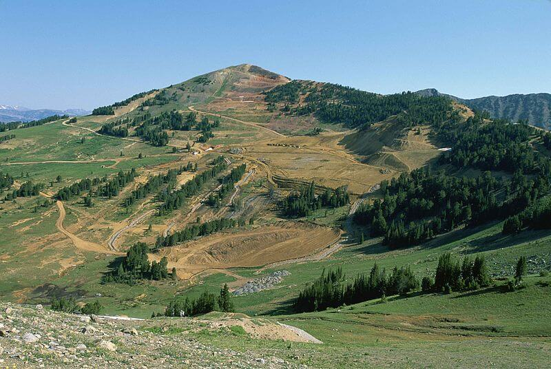 800px-Mountain_top_removal_strip_mining_causes_damage_to_hillside