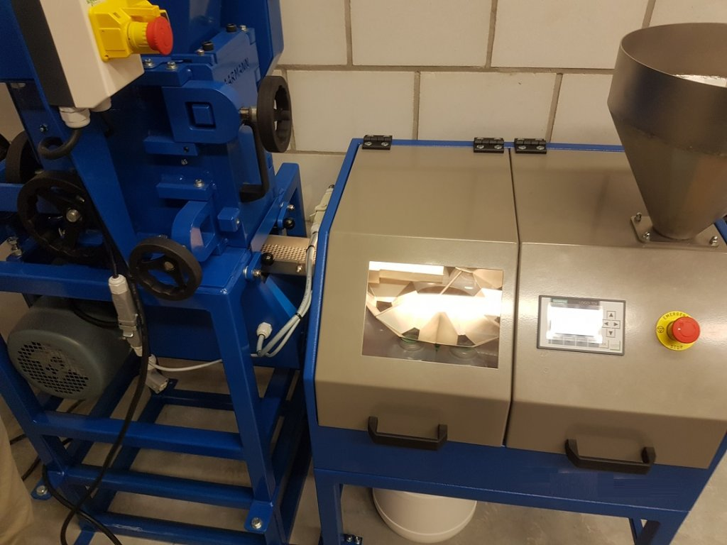 laboratory crusher discharge sample splitter (2)
